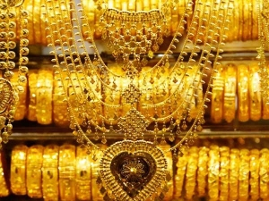 Gold Crosses Rs 33 000 Mark Silver Firms Up