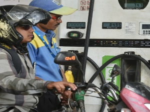 Petrol Price To Rise By Rs 2 5 Diesel 2 3 After Tax Hike Gold Prices Up