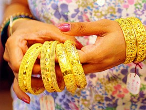 Gold Prices Fall After Surging Rs 1 500 In Two Days Silver Edges Higher